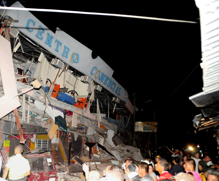 Rescue workers work to pull out survivors trapped in a collapsed building after a huge earthquake struck, in the city of Manta early on April 17, 2016.  At least 41 people were killed when a powerful 7.8-magnitude earthquake struck Ecuador, destroying buildings and sending terrified residents dashing from their homes, authorities said late on April 16.  / AFP PHOTO / API AND AFP PHOTO / Ariel Ochoa