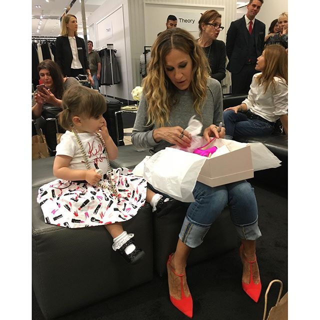 sjp_with_a_small_girl-shoes_036ba