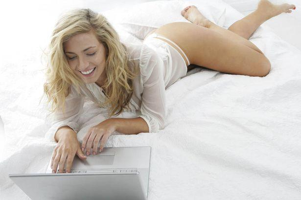 woman-lying-on-bed-with-laptop