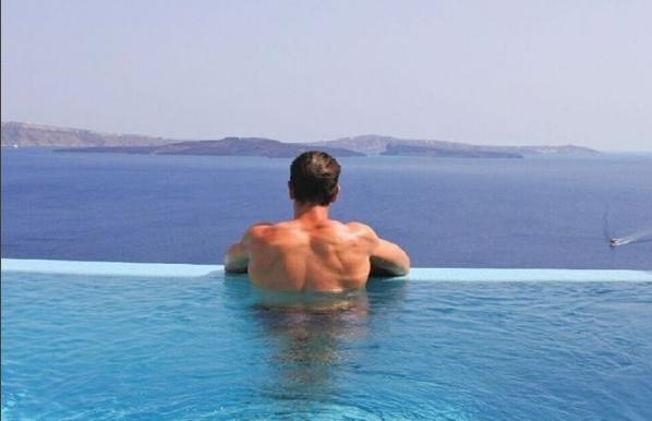 Άσος της Λίβερπουλ κάνει διακοπές στη Σαντορίνη μαζί με Έλληνα ... b2d4d4674ab