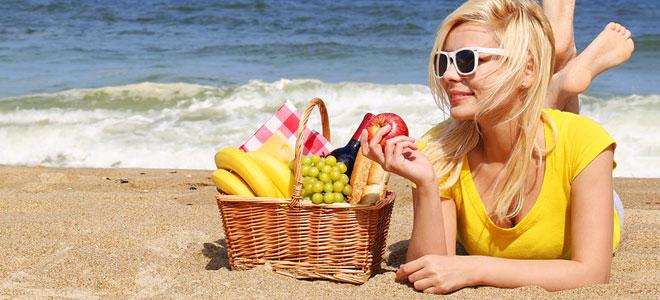 beach-woman-food_660