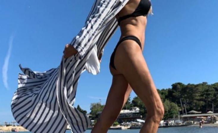 Ελληνίδα μάνα έβγαλε την κορμάρα της στην παραλία!